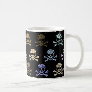 Cráneo colorido y huesos cruzados tazas de café