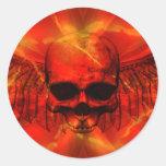 Cráneo con alas explosión roja de la lava etiqueta redonda