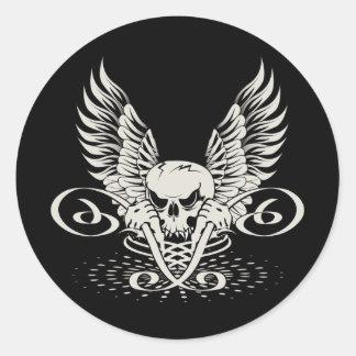 Cráneo con alas travieso pegatina redonda