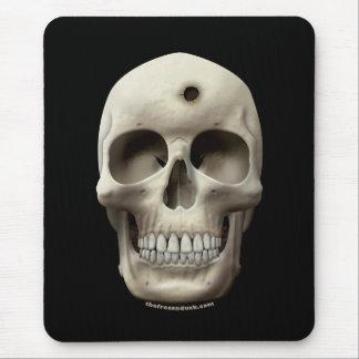 Cráneo con el agujero de bala tapetes de raton