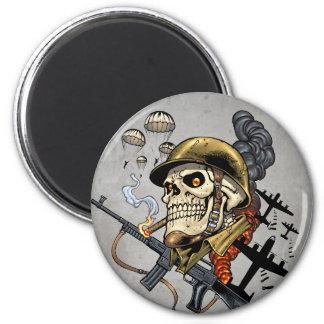 Cráneo con el casco, los aeroplanos y las bombas imán redondo 5 cm