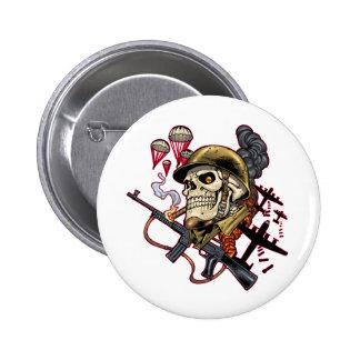 Cráneo con el casco, los aeroplanos y las bombas pin redondo 5 cm