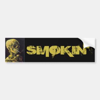 Cráneo con el cigarrillo ardiente pegatina para auto