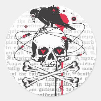 Cráneo con el cuervo etiquetas redondas