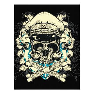 Cráneo con el gorra y la bandera pirata membrete a diseño