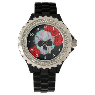 Cráneo con el reloj del diseño de las flores