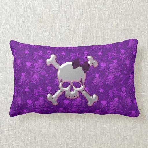 Cráneo con la almohada púrpura de los cráneos y de cojín lumbar