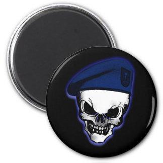 Cráneo con la boina militar imán redondo 5 cm