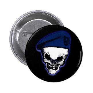 Cráneo con la boina militar pin redondo 5 cm