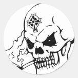 Cráneo con la cruz céltica etiqueta redonda
