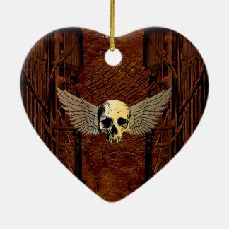 Cráneo con las alas en fondo oscuro adorno navideño de cerámica en forma de corazón