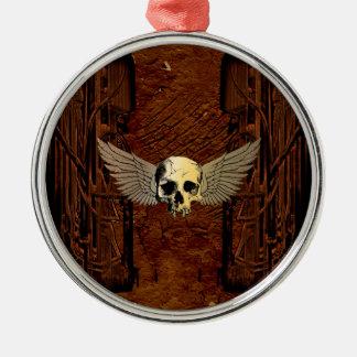 Cráneo con las alas en fondo oscuro adorno navideño redondo de metal