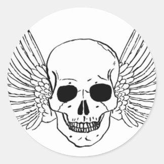 Cráneo con las alas pegatina redonda