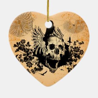 Cráneo con las alas y el cuervo con las flores adorno navideño de cerámica en forma de corazón