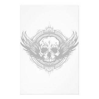 Cráneo con las alas y el esquema tribal adornados personalized stationery