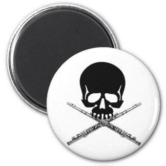 Cráneo con las flautas como bandera pirata imán redondo 5 cm