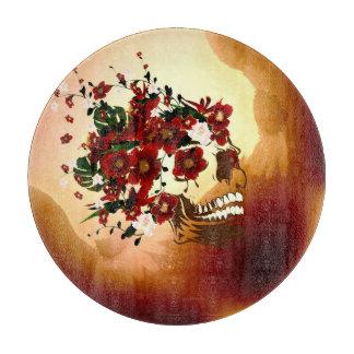 Cráneo con las flores hermosas tabla de cortar