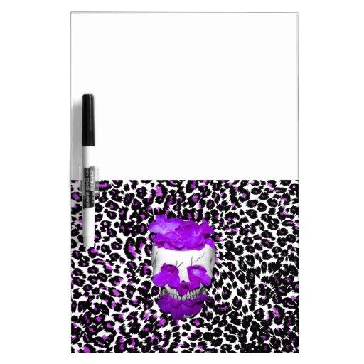 Cráneo con las flores púrpuras en puntos del leopa pizarras blancas de calidad
