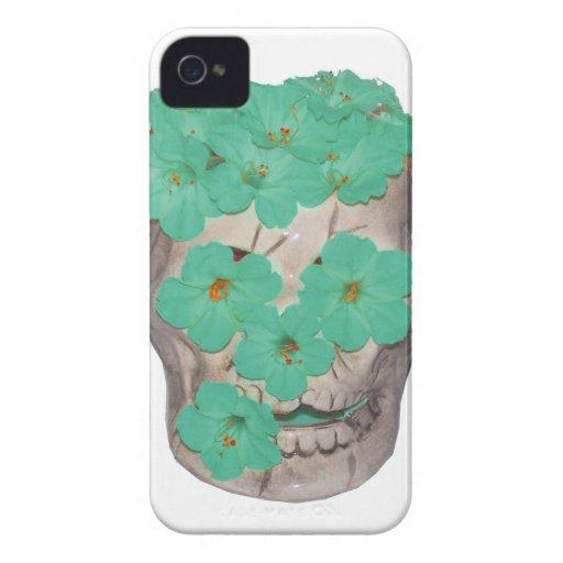 Cráneo con las flores verdosas suaves Case-Mate iPhone 4 cárcasa