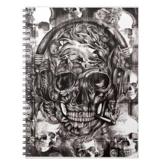 Cráneo con las ilustraciones dibujadas mano de los libretas espirales