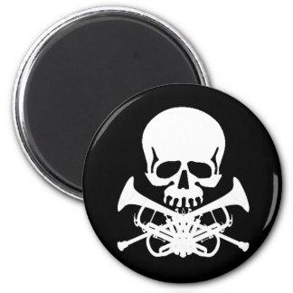 Cráneo con las trompetas como bandera pirata imán redondo 5 cm