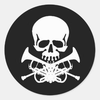 Cráneo con las trompetas como bandera pirata pegatina redonda