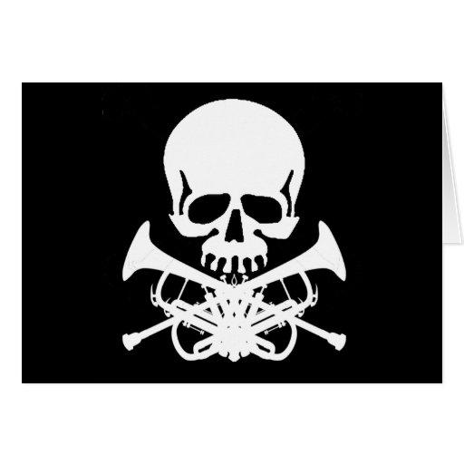 Cráneo con las trompetas como bandera pirata tarjeta de felicitación