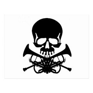 Cráneo con las trompetas como bandera pirata tarjeta postal