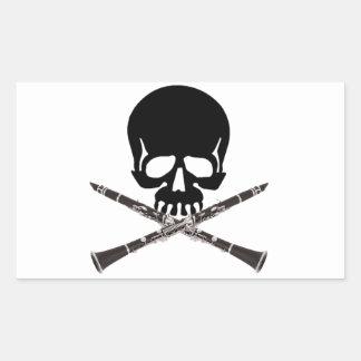 Cráneo con los Clarinets y la bandera pirata Pegatina Rectangular