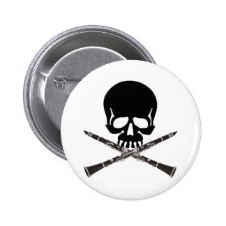 Cráneo con los Clarinets y la bandera pirata Pin Redondo De 2 Pulgadas