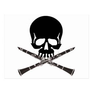 Cráneo con los Clarinets y la bandera pirata Tarjeta Postal