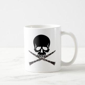 Cráneo con los Clarinets y la bandera pirata Taza De Café