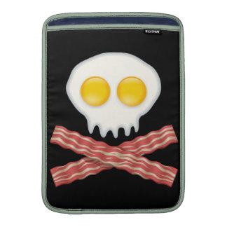 Cráneo con los huevos cruzados del tocino del funda  MacBook