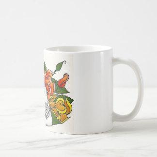 Cráneo con los rosas amarillos y anaranjados taza clásica