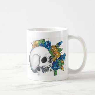 Cráneo con los rosas amarillos y azules taza