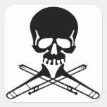 Cráneo con los Trombones como bandera pirata Calcomanía Cuadradase