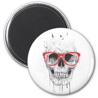 Cráneo con los vidrios rojos imán redondo 5 cm