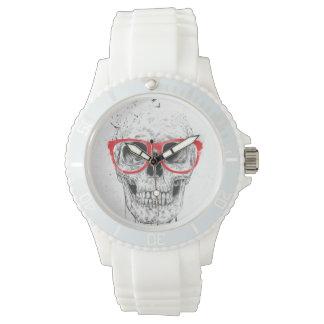 Cráneo con los vidrios rojos reloj de mano