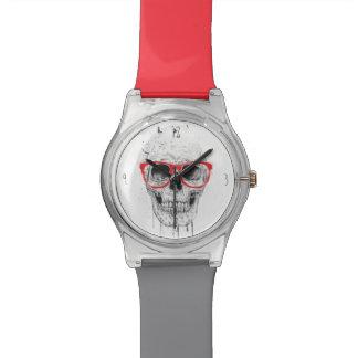Cráneo con los vidrios rojos relojes de pulsera