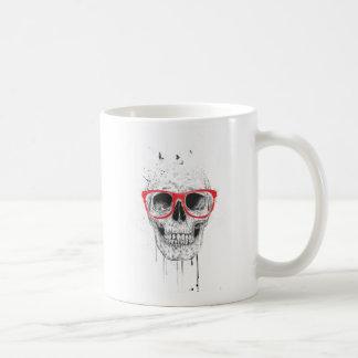 Cráneo con los vidrios rojos taza básica blanca