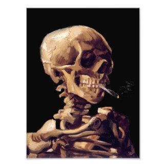 Cráneo con un cigarrillo ardiente de Van Gogh Fotografía