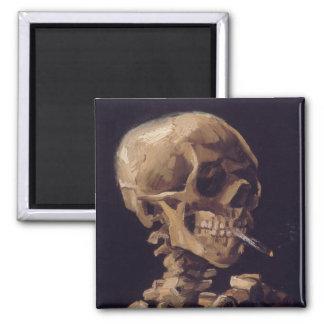 Cráneo con un cigarrillo ardiente imanes de nevera