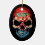 Cráneo croata de la bandera en negro ornaments para arbol de navidad