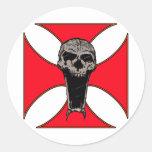 Cráneo cruzado de Templar Pegatina Redonda