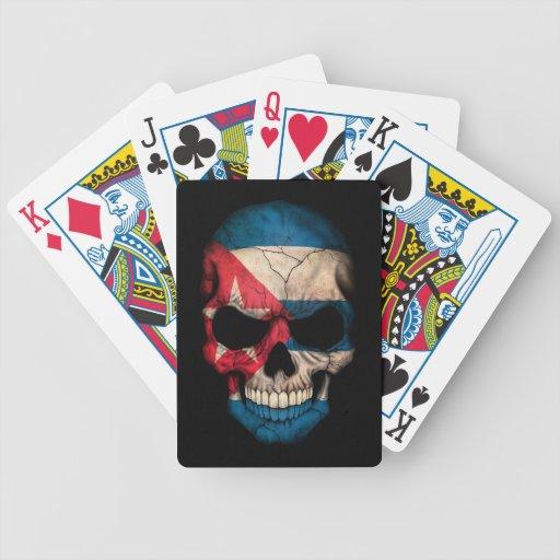 Cráneo cubano de la bandera en negro baraja cartas de poker