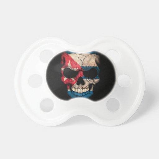 Cráneo cubano de la bandera en negro chupete de bebé