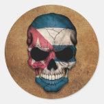 Cráneo cubano envejecido y llevado de la bandera etiqueta redonda