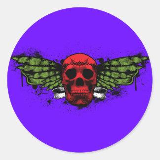 Cráneo de alas rojas pegatina redonda