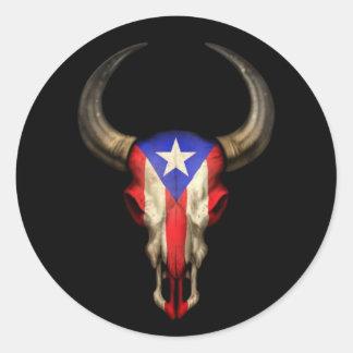 Cráneo de Bull de la bandera de Puerto Rico en Pegatina Redonda