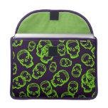 Cráneo de corazones - verde y púrpura fundas para macbook pro